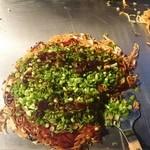 府中焼き としのや - 黒の肉玉そばを注文。府中焼きならではカリカリ感。広島焼きとは違う食感。