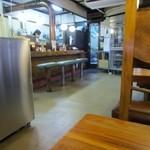 34236399 - 私は一人だったしまだお昼前だったので入り口付近のテーブル席で食事をいただきましたがお店は奥にも趣のある客席もありました。