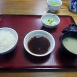34236401 - 暫くするとご飯のセットが最初にテーブルに運ばれてきました。添えられたお味噌汁は豆腐のお味噌汁、またご飯はお替りが出来ますよ。