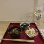 34243048 - BIOワイン白760円、「おつまみコース」の前菜3種。(税込み)