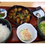 うちだ屋 - 「麻婆茄子定食(798円」・・熱々の鉄板にのせられた「麻婆茄子」「冷奴」「小うどん」「ご飯」のセットで かなりのボリュームですよ。