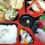 菅原魚店 - 特製弁当(要予約)/刺身(鰹、帆立、アオリイカ、鯛)・穴子の天ぷら・金華鯖味噌煮・蒸し鮑他