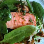 マザー・グース - ランチコース3500円:自家製スモークサーモンのサラダ(厚切りのスモークサーモンがとても美味)