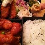34252782 - 鶏肉の旨煮、イカフライ、海老シュウマイの日替り¥880