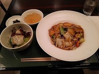 カミノハナ 北新地 - 本日のⒷランチ、あんかけ焼きそば&蛸の刺身丼です。
