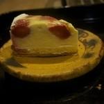 34258694 - 苺のプディングパイ(380円)+8% プディング生地の中にいちごを入れて焼き込んだケーキです。パイとの相性は抜群です。