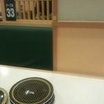 はま寿司 - レーン側に柱がド~ンの3人掛け