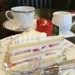 ラウンジ - ケーキのセット:苺のショートケーキとコーヒー