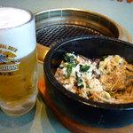 焼肉遊山 - 生ビール中二杯目と混ぜ合わせた石焼ビビンバ