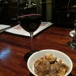ジガーバル クラシック  - 赤とお通しのバラ肉の煮物