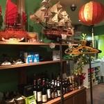 ハノイのホイさん - ベトナムのお土産品が飾られている