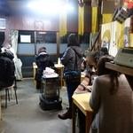 安田屋 - 奥の厨房&お会計場から見た店内