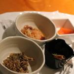 ウエスティン都ホテル京都 - カクテルアワーだとお一人様1プレート、本日のアペタイザー数種が提供されます。マイタケの天ぷら、シーフードマリネ、スモークサーモン、ビンチョウマグロの炙りがこの日のメニュー。毎日メニューは変わります。