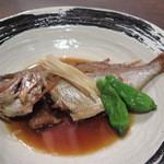 粋鮮 - 「チダイ  煮付」  甘さを控え、生姜を効かせたサラッとしたタレで煮ていますが… 若い板長さんらしく、大胆な内臓処理の仕方ですねw ¥550