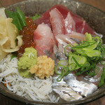 粋鮮 - 「板長の気まぐれ海鮮丼」(正面) ¥900(※レシート金額確認済)