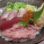 粋鮮 - 「板長の気まぐれ海鮮丼」(裏から) ¥900 昨日は、鮪、太刀魚、鯵、鯛、イクラ、すき鮪、しらす。。。