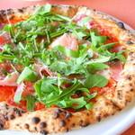 """34275865 - """"パルマ産生ハムのプロシュート""""パルマ産生ハム、水牛モッツァレラ、トマトソースがたっぷりのピザ"""