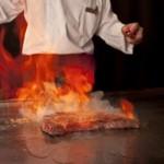 阜 - 目の前で繰り広げられる臨場感溢れるパフォーマンスも鉄板焼ならではの醍醐味。