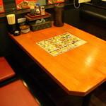ラーメン あっぱれ - 広々としたテーブル席がずらりと並ぶ店内。1人客向けのカウンター席もあり。