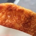 林田のおせんべい - 串せんべい★ 参道で揚げたておせんべいに醤油をくぐらせたものをゲット!  食べ歩きー✧*。(ˊᗜˋ*)✧*。