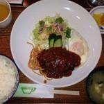 MORE - ハンバーグ定食 895円