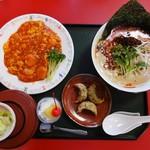 群鳳 - 料理写真:ランチで私は「群鳳の選べるランチ」1,000円(税別)のエビチリをチョイス。+200円で、ラーメンを白タンタン麺に変更しました。美味しいですよぉ~。