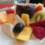 34278742 - 季節の新鮮フルーツの盛り合わせ          ¥180(¥720)