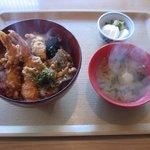 松屋商店 - 「天丼(並)」800円(じゃがいも、ワカメの味噌汁に自家製のカブ漬物付)