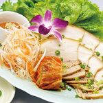 """ル・ドラゴン ブルー -  """"ポッサム""""ゆで豚バラ肉とキムチお野菜をレタスで包んで(1,800円)。"""
