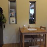 ダヤンカフェ - 中は満席で外のテラス席で待ってたのだけど、待ってる間に中のテーブルが空いたので中へ移動=3=3=3 外で食べるにはちょっと寒い季節でした(^^ゞ