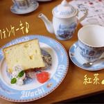 ダヤンカフェ - シフォンケーキ(プレーン/400円)にドリンクセット(コーヒーor紅茶/+200円)の紅茶♪ テーブルウェアもダヤンので、スッゴク可愛い! 教えてくれた自転車仲間に感謝です♪