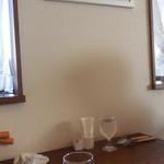 ビストロ 安藤 - テーブルと室内