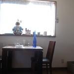 ビストロ 安藤 - 出窓側の席