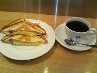 仲小路コーヒー&ワイン - ホットサンド チーズとソーセージ コーヒーはケニア