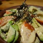 炙り処どま - トマトとアボカドのサラダ¥700