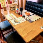 俺のカレー食堂 輪 - お1人様でも気軽に座れるカウンター席、グループ、ご家族様へテーブル席と、年齢問わずお食事していただける空間です。