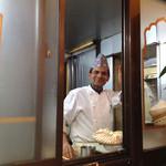 サンサール - ここは粉物を作る仕事部屋?!・・シャイな笑顔も素敵^^被っている帽子でネパール人としての誇りを感じるわ^^!