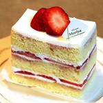 34306184 - 紅ほっぺイチゴのショートケーキ:400円                       「クロシェット」さんと同じように、                       きめ細かく優しいスポンジ,滑らかなクリーム、香り高い上質なイチゴのバランス。                       これも素晴らしく、満足。
