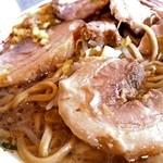 豚星。 - 野菜の下にチャーシュー分厚く切られた巻きバラ肉のチャーシュー。 野菜の下にあるので、二郎ひばりヶ丘式!