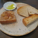 Vieill - 僕のお気に入りのパン盛合せ:てつぱん シナモンとラ・フランスと共に、食パンのトースト、(北海道産はるゆたか100%の)あかちゃんぱん、ライ麦のカンパーニュをオリーブオイルと塩で、焼菓子 パン・デピス1