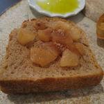 34311776 - 僕のお気に入りのパン盛合せ:てつぱん シナモンとラ・フランスと共に、食パンのトースト、(北海道産はるゆたか100%の)あかちゃんぱん、ライ麦のカンパーニュをオリーブオイルと塩で、焼菓子 パン・デピス2