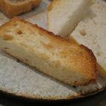 34311777 - 僕のお気に入りのパン盛合せ:てつぱん シナモンとラ・フランスと共に、食パンのトースト、(北海道産はるゆたか100%の)あかちゃんぱん、ライ麦のカンパーニュをオリーブオイルと塩で、焼菓子 パン・デピス3