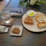Vieill - 僕のお気に入りのパン盛合せ:てつぱん シナモンとラ・フランスと共に、食パンのトースト、(北海道産はるゆたか100%の)あかちゃんぱん、ライ麦のカンパーニュをオリーブオイルと塩で、焼菓子 パン・デピス7