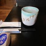 34315375 - 料理が出来あがるまでお茶をいただいて時間をつぶしました、こんな立派な湯呑でお茶飲んだの久しぶりでした。