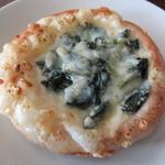 34317568 - 「ホウレン草のグラタンのパン」です。グラタンがこってり濃厚です。