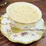 34320885 - カフェ・オ・レ(1200円・外税) ロイヤル・アントワネットのカップ