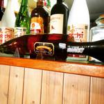 カフェ サンティ - ククリラムのボトルはククリナイフの形。