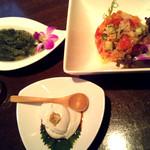 ハナホウ - ジーマミー豆腐470円・海ぶどう490円・ロミロミサーモン590円