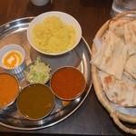 スター・オブ・インディア - ランチのカレー3種セット(左から野菜、サグチキン、マトン)