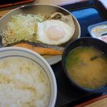 吉野家 - ハムエッグ鮭定食(¥500税込み)
